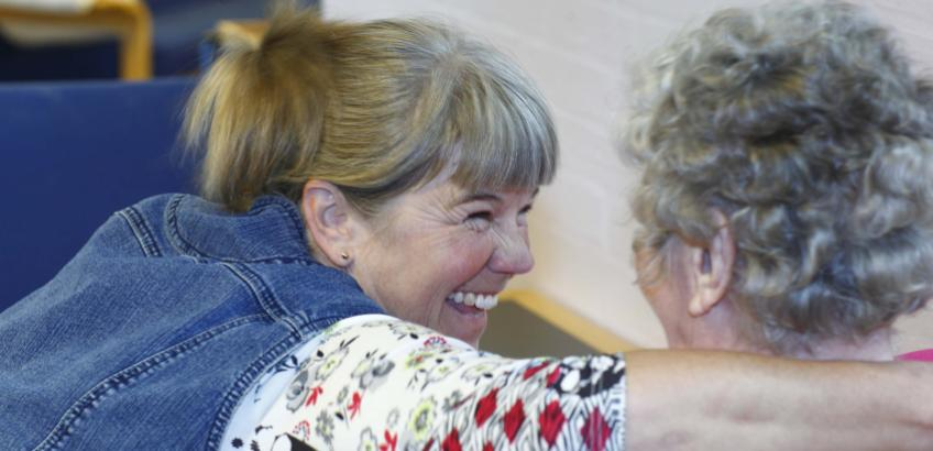 Personale og beboer på plejecenter i Syddjurs Kommune